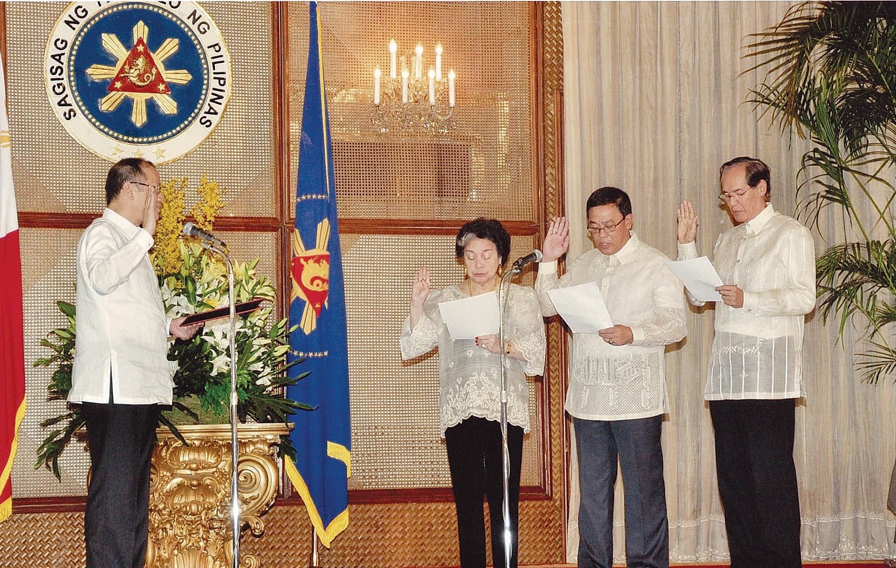 Philippine ambassador to Spain Carlos Salinas (right) taking his Oath of Office before President Benigno C. Aquino in Malacanang.