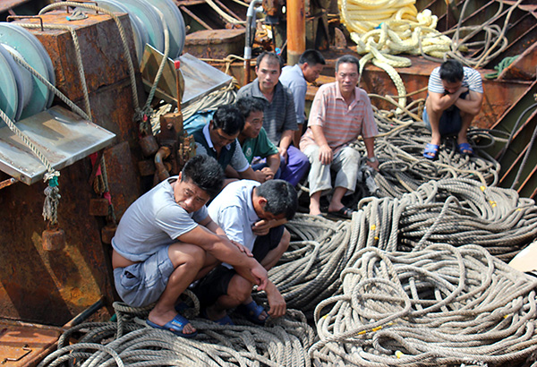 Philippine Coast Guard arrest Chinese fishermen who rammed a PCG vessel. Photo credit: philstar.com